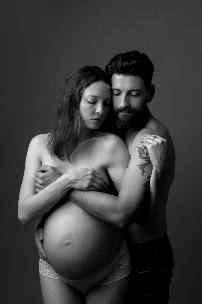 Sedinte foto de maternitate Bucuresti-Studio Foto maternitate premium Bucuresti-Sedinta foto maternitate artistica alb negru